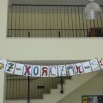 Eingang der Janusz Korczak Schule Aachen - Buchstabenbanner