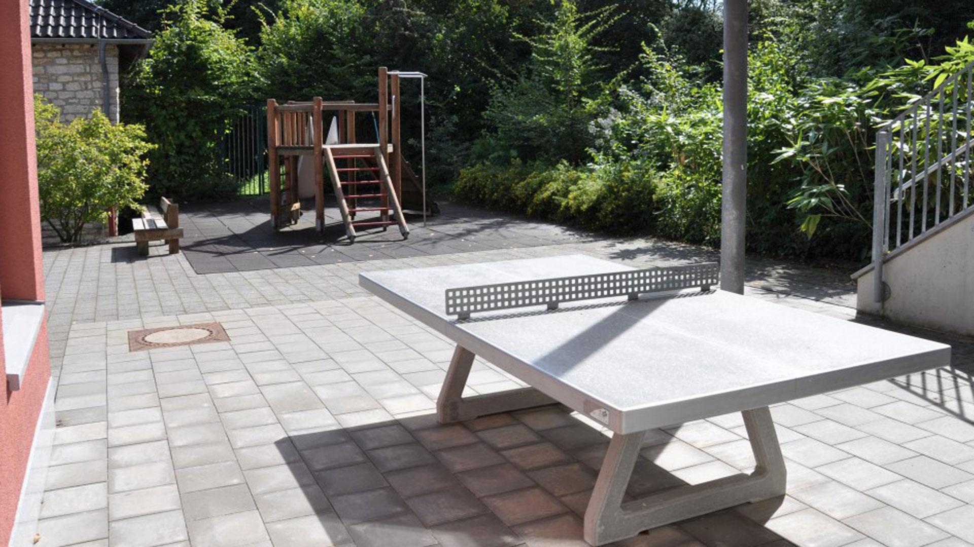 Eine Tischtennisplatte im Aussenbereich