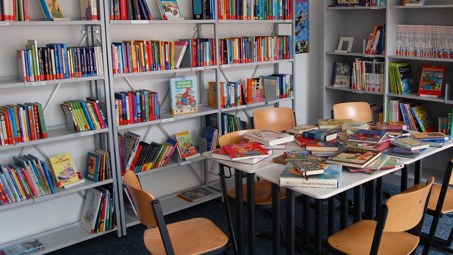 Bibliothek der Janusz-Korczak-Schule, viele Kinder und Jugenbücher auf einem Tisch