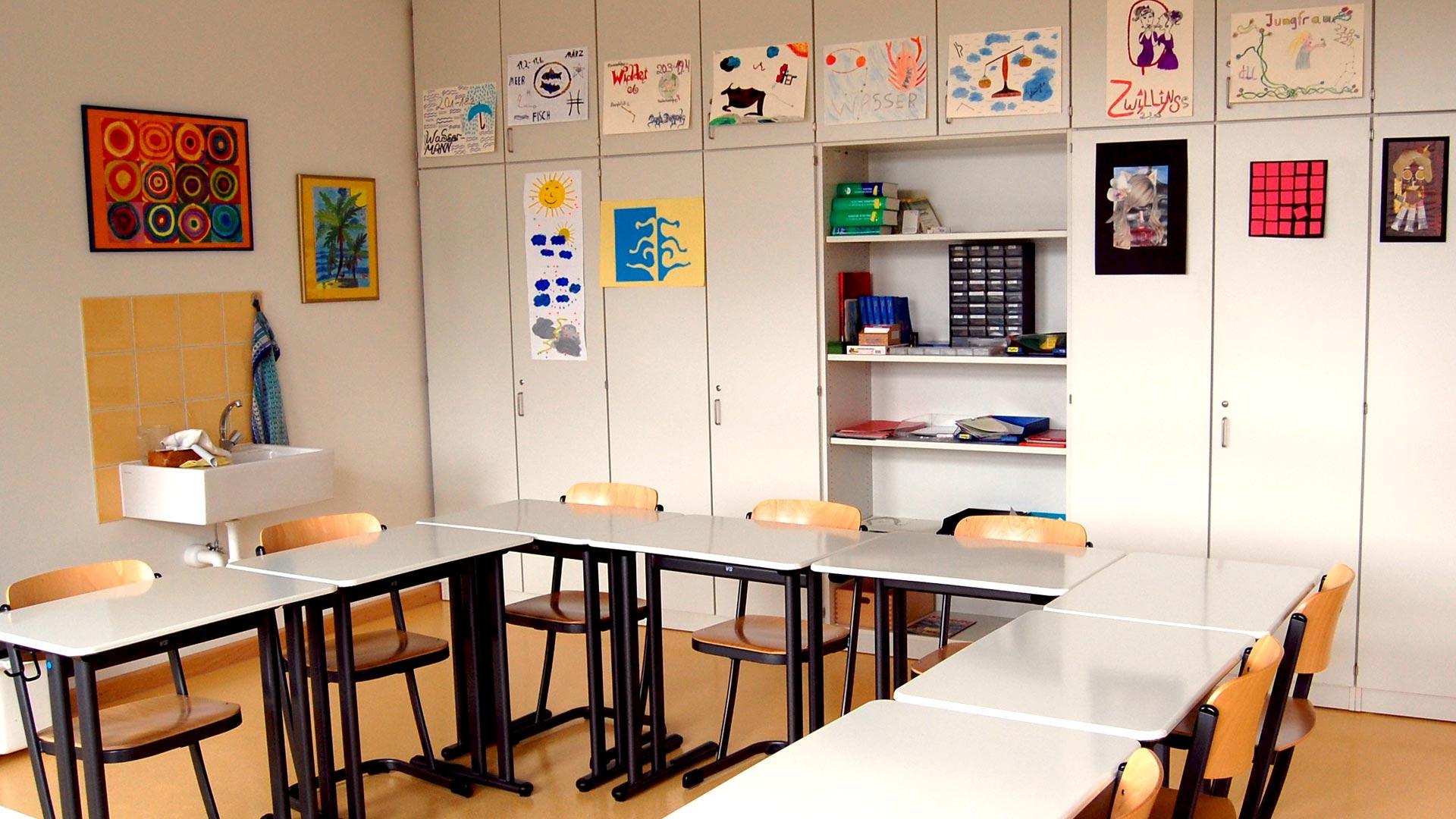 Klassenzimmer mit Wandschränken